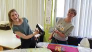 Sabine Hagedoren en Dina Tersago helpen leerlingen met 'Strijk for Life'