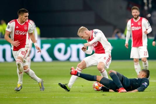 Donny van de Beek in duel met Casemiro.