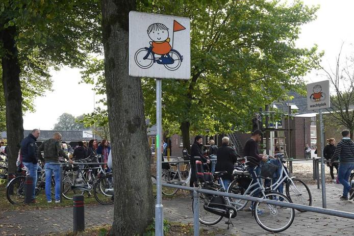 Een Bruna-bord bij de school in Overloon. Foto: Ed van Alem