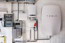 Naast elektrische autos maakt Tesla de powerwall, een thuisbatterij om energie uit zonnepanelen op te slaan. In Nederland biedt oa Eneco het apparaat aan.