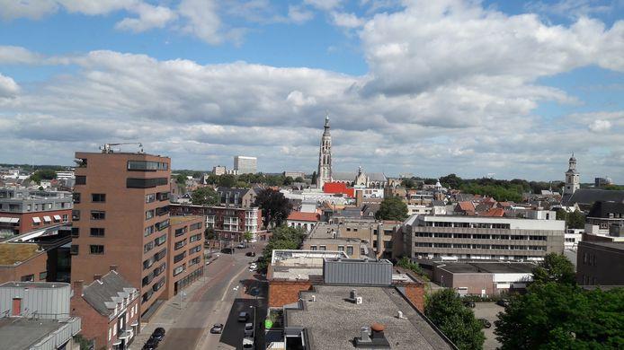 Uitzicht op de Grote Kerk en het centrum van Breda vanuit de nieuwe woontoren City Twin aan de Markendaalseweg.