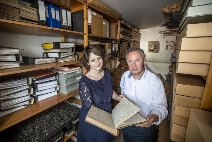 Sandra Schipper en stadsarchivaris Niels Bakker van Oldenzaal