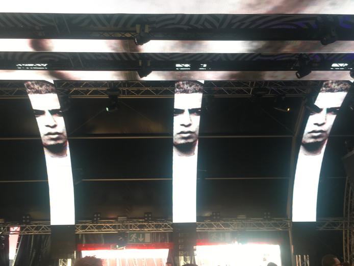 Het gezicht van Feis verschijnt boven het publiek tijdens Paaspop