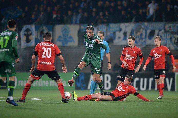 Tibeau Swinnen ging voorop in de strijd, bijvoorbeeld met deze tackle op Ralf Seuntjens. Hij maakte zelf de 1-1, maar kon ook niet voorkomen dat zijn ploeg alsnog onderuit ging.