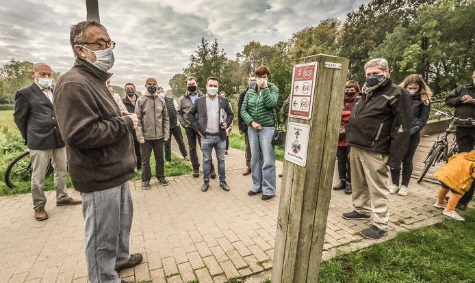 Lieven Stubbe, van de dienst Milieu, geeft uitleg wat er langs de route te zien is in Ieper.