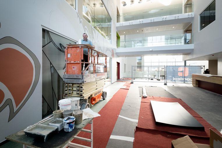 BORNEM Jean-Pierre Grumeau maakt een kunstwerk in de nieuwe inkomhal van de Sint-Jozefkliniek