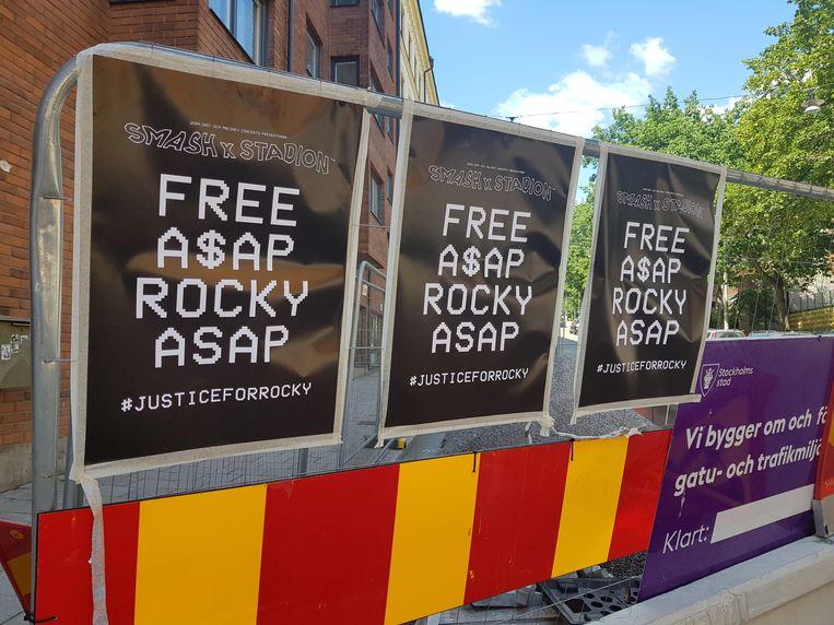 """Aan de overzijde van de gevangenis waar A$AP Rocky opgesloten zit, hangen deze posters: """"Laat A$AP Rocky zo snel mogelijk vrij."""""""