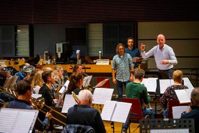 Hans Laheij tijdens de laatste repetitie met Soli Deo Gloria. Op de achtergrond kijkt Martijn Beekman (blauw shirt) toe.