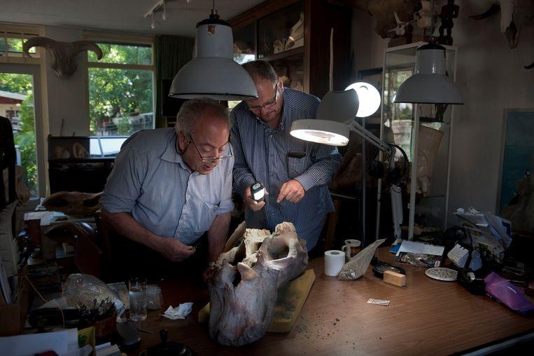 Lambert van Es (rechts) en onderzoeker Bas van Geel.  Beeld reyer boxem