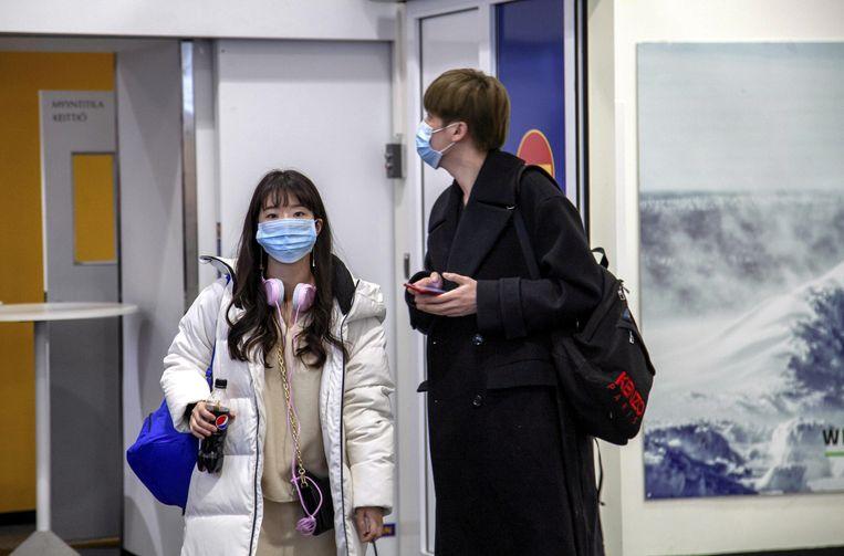 Reizigers dragen gezichtsmaskers bij aankomst op Ivalo Airport in Filand.  Beeld via REUTERS