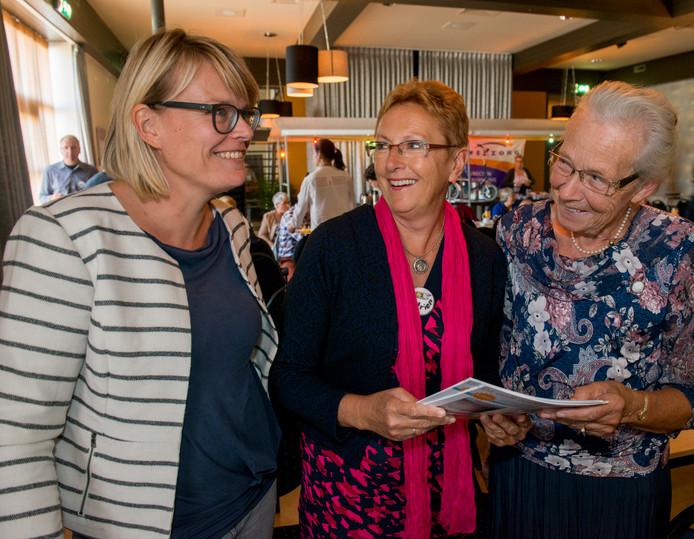 Katrien Beije (midden) tijdens het eerste symposium van de stichting Nico Job Beije in 2015, met links psychologe Marcia Nieuwets en rechts bezoekster Aartje Kleppe.