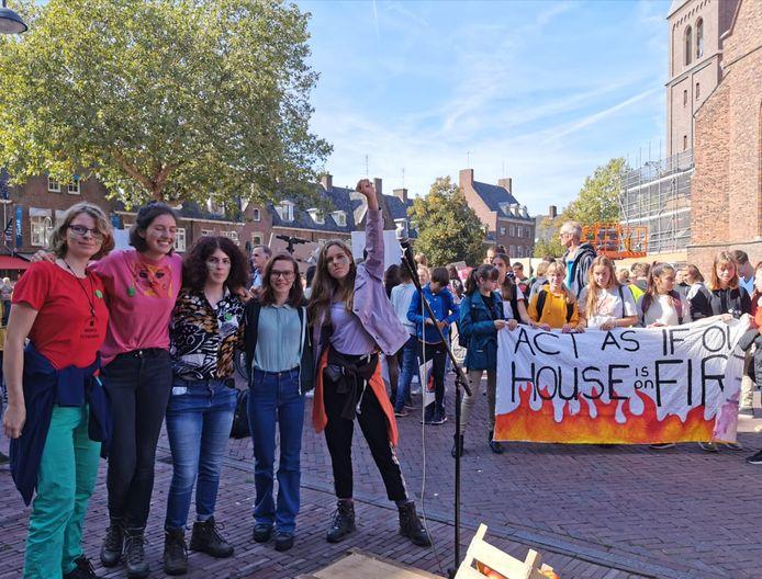Van links naar rechts: Jesse (14), Ianthe (16), Dana (17), Linda (18) en Lola (15) bij de start van hun 8-daagse wandeltocht van Wageningen naar Den Haag.