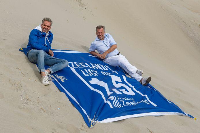 Hans Beljaars en Twan Robbeson bij hun anderhalvemeterhanddoek.