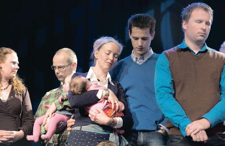 Kinderen worden opgedragen aan God in de Vrije Baptisten Gemeente Bethel in Drachten. Veel Nederlandse kerkgangers vinden dat geloven ook buiten de kerk kan. Beeld Herman Wouters/HH