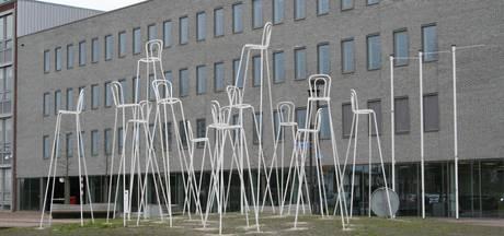 Hoge stoelen nu in beeld voor rotonde Slangenbeek Hengelo
