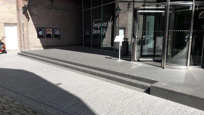 Na twee uur is het hakenkruis weggehaald door medewerkers van het museum, omdat kunstenaar Ralph Posset vertrokken was.
