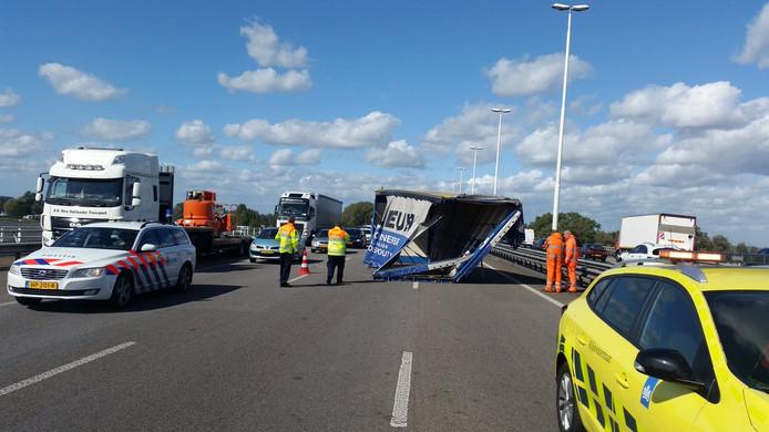 Een container is van een vrachtwagen gewaaid op de Moerdijkbrug.