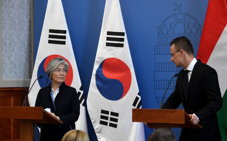 Minister Peter Szijjarto en zijn Zuid-Koreaanse collega Kang Kyung-wha geven een persconferentie.