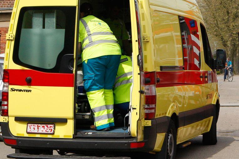 De wielertoerist werd ter verzorging overgebracht naar het ziekenhuis