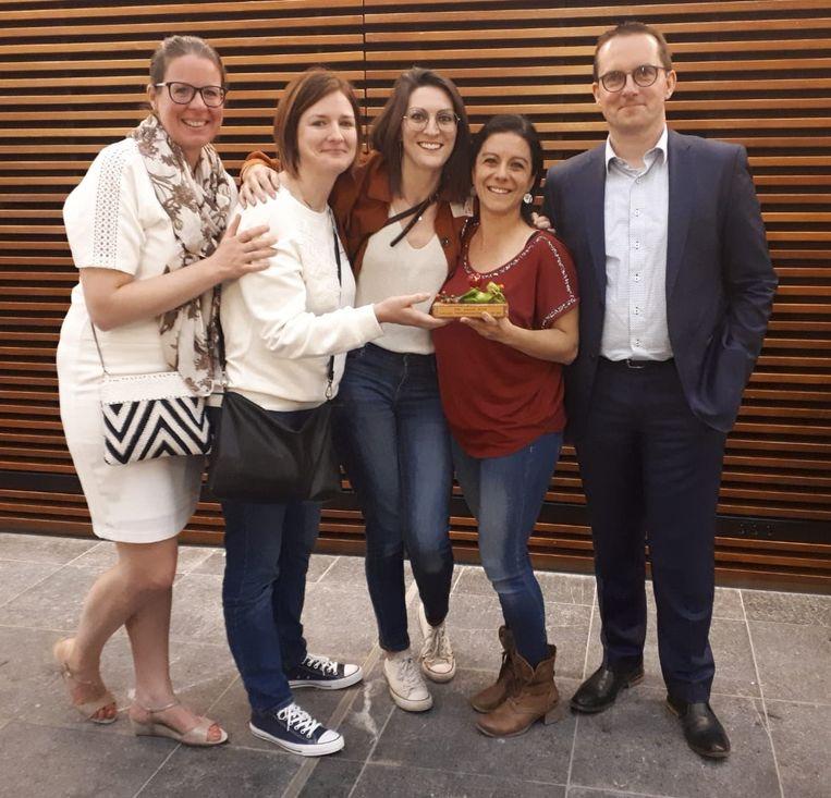 Boven De Wolken vzw was één van vijf vrijwilligersorganisaties die op basis van het aantal Facebooklikes op de shortlist belandde. Sharon Geirnaert en Anneleen Fransen staan in het midden.