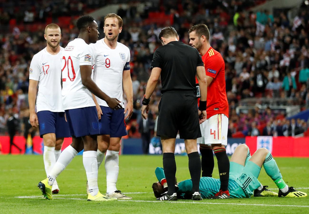 Harry Kane (9) baalt dat de goal van Danny Welbeck (20) door Danny Makkelie wordt afgekeurd.
