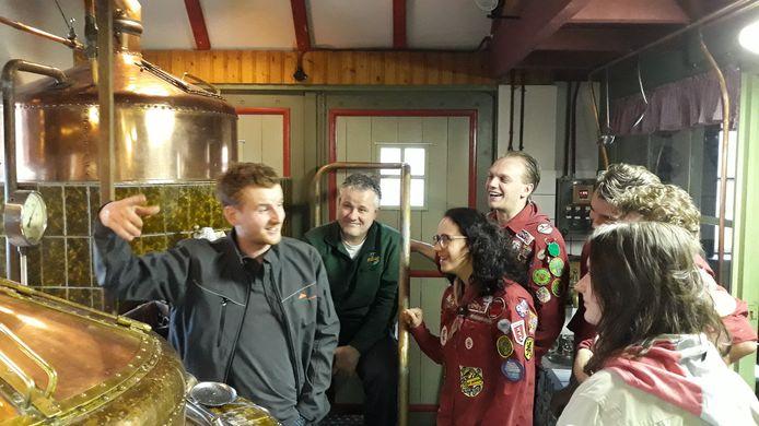 Bierbrouwers John en Han van Breugel van de Mieghelm Brouwerij geven uitleg bij de productie van 'Peerke's Blondje'.