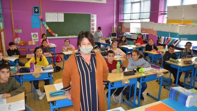 """Eerst vrijwilliger op spoed, nu keert Juf Thea (63) terug uit pensioen om school uit de nood te helpen: """"Geen schrik voor corona als ik mondmasker op heb"""""""