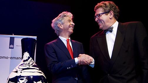 Henk Krol (rechts) ontving in 2009 namens de Gay Krant in de Koninklijke Schouwburg in Den Haag de Jos Brink homo-emancipatieprijs uit handen van Ronald Plasterk, toen minister van Onderwijs, Cultuur en Wetenschap.