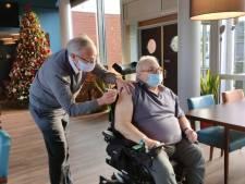 """Gentse schepen zet zélf coronavaccin in eerste stedelijk woonzorgcentrum: """"Ik ben zelf verpleger, en een 'pikuur' geven verleer je niet"""""""