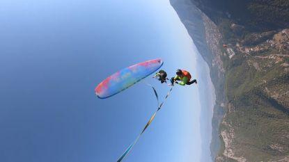 Spectaculair: koorddanser wandelt tussen twee paragliders