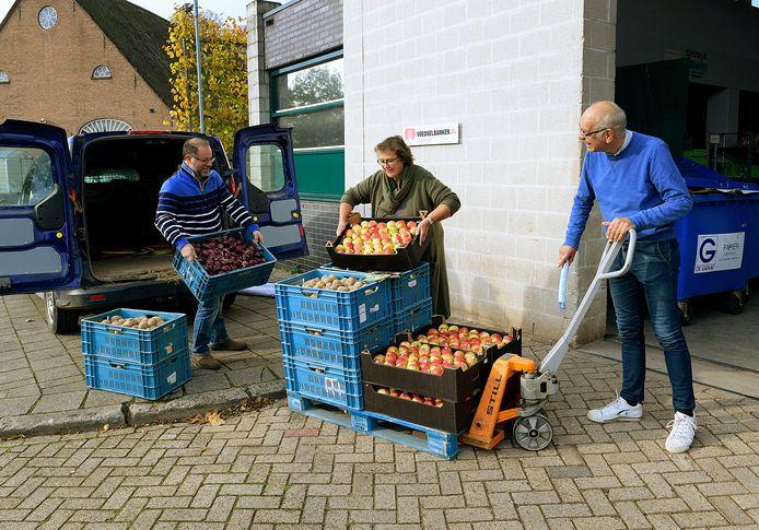 Leden van LTO Dordrecht kwamen de kratjes vanmorgen hoogstpersoonlijk afgeven bij de voedselbank.