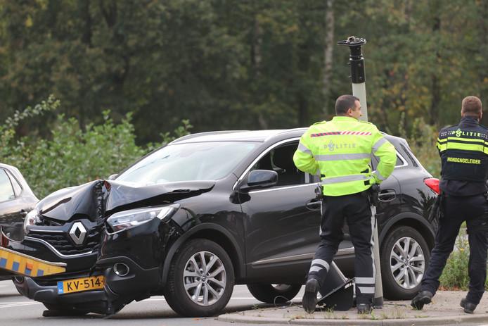 Een automobilist die tegen een verkeerslicht knalde, zorgde vanmiddag voor chaos op de Zutphensestraatweg in Apeldoorn.