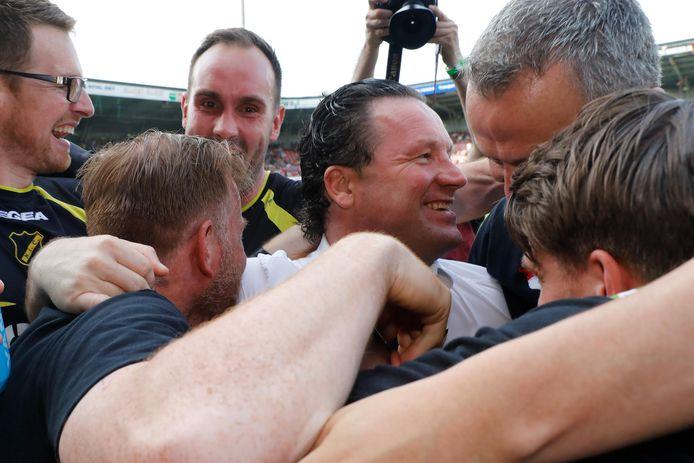 Stijn Vreven als trainer van NAC bij de promotie in Nijmegen, omringd door zijn staf.