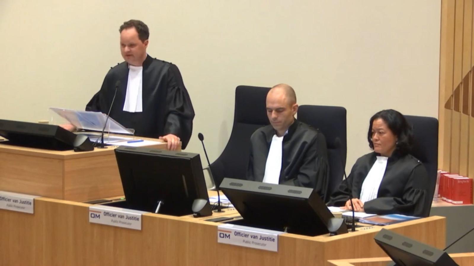 Meerdere getuigen in het MH17-proces hebben aangegeven anoniem te willen blijven omdat ze anders vrezen voor hun veiligheid. Dat zegt officier van justitie Thijs Berger (links). Daarnaast de andere twee officieren van justitie.