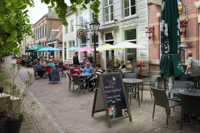 Terrassen op de Markt in Geertruidenberg. Een aantal horecamensen heeft al aangegeven hun terras uit te willen breiden naar het midden van de Markt.