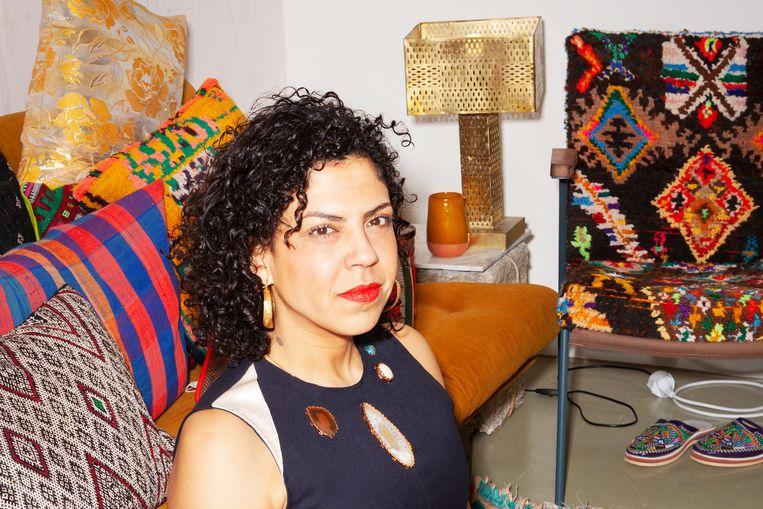 Mina Abouzahra met de door haar beklede Rietveld-stoel. Beeld Lizzyann.com