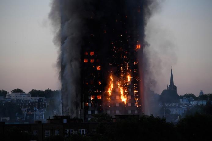 De enorme brand in een flatgebouw in West-Londen.