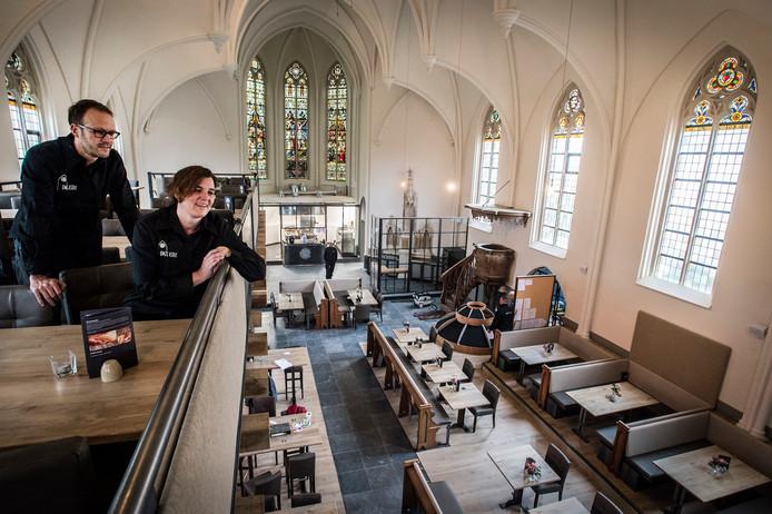 Dieuwke en Willem Simonis in hun Restaurant Onze Kerk in 2015.