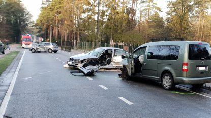Ongeval met vier auto's: Vrouw in levensgevaar afgevoerd naar ziekenhuis