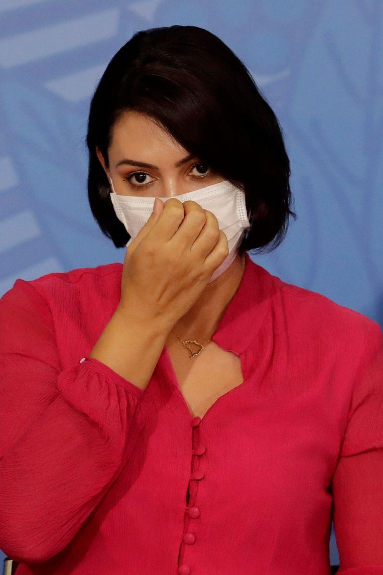 Michelle Bolsonaro was eerder deze week nog te zien met mondkapje, maar is, net als haar man eerder, positief getest op het coronavirus.  Beeld AP