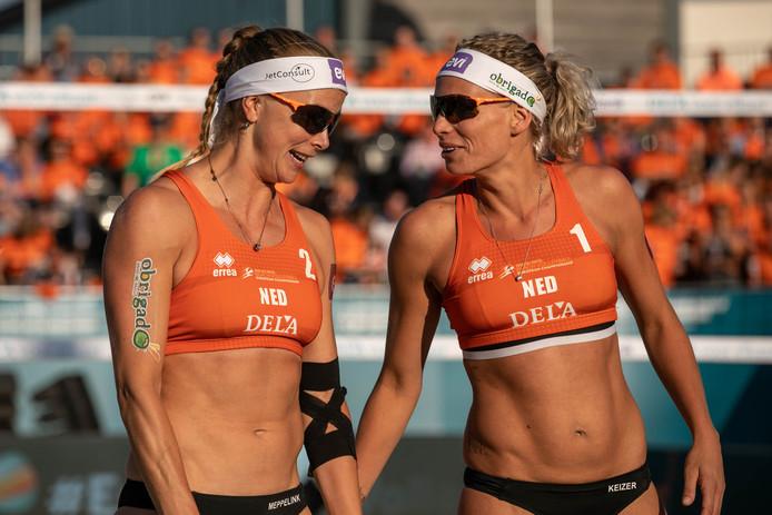 Madelein Meppelink (l) en Sanne Keizer in actie bij het EK beachvolleybal.