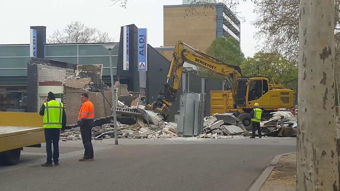 Een grijper van sloopbedrijf Bergevoet breekt het pingebouw van de ABN Amro in Doetinchem af.