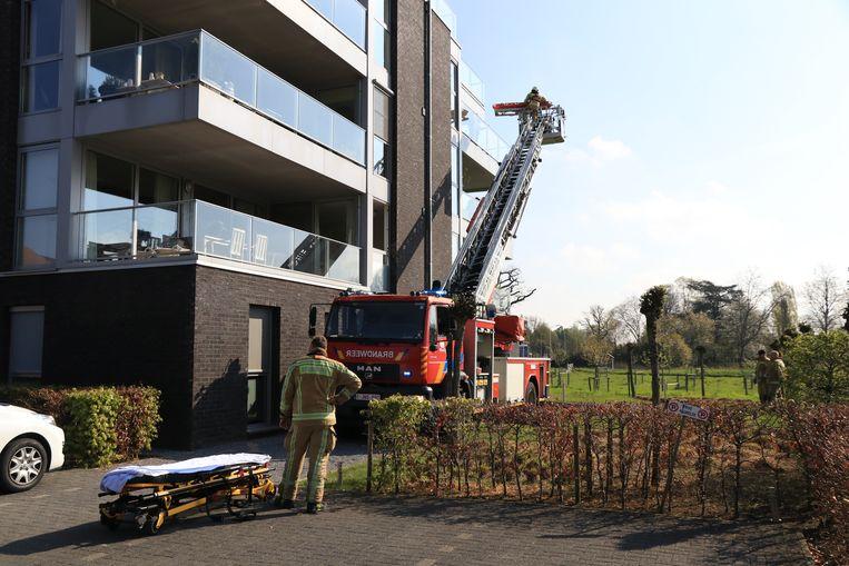 De vrouw werd daarna via de ladderwagen geëvacueerd.