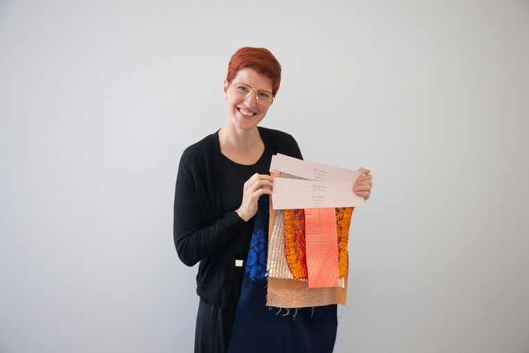 Lotte Martens ademt bij wijze van spreken stoffen. De populariteit van naaien is volgens Lotte enorm toegenomen tijdens de corona-epidemie.