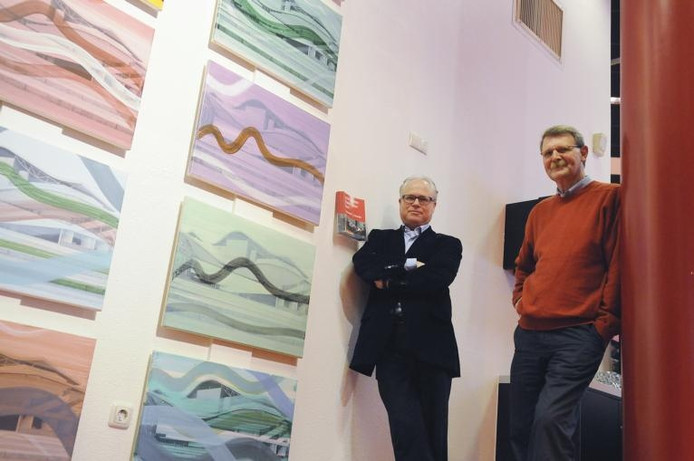 Cees Langeveld (l) en Hans de Jongh bij enkele zeefdrukken in het Chassé Theater. foto René Schotanus/het fotoburo