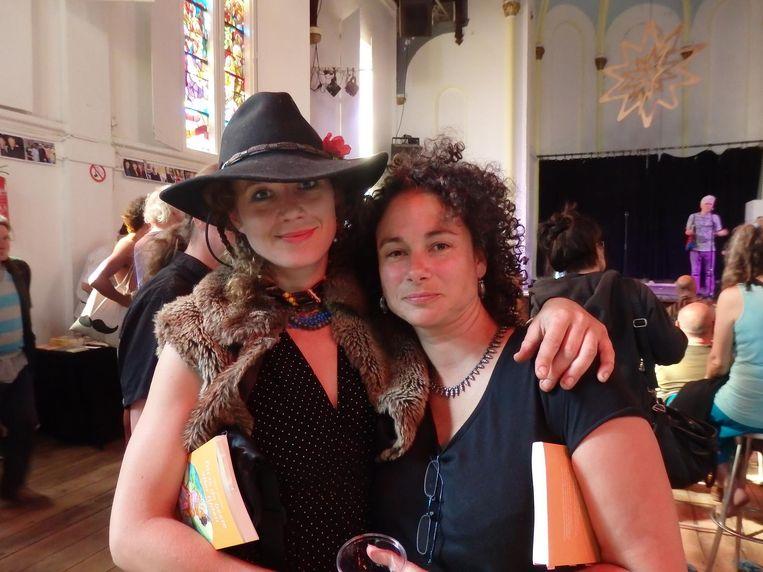 Twee van de vele muzen van dichter Plomp: Aixia de Villanova (l) van 25 jaar geleden, en Iris Freie van 25 jaar jonger Beeld Schuim