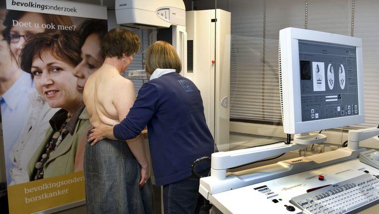 Onderzoek met een bestaand apparaat zonder ingebouwde sensoren. De helft van de vrouwen vindt het onderzoek behoorlijk tot zeer pijnlijk. Beeld anp