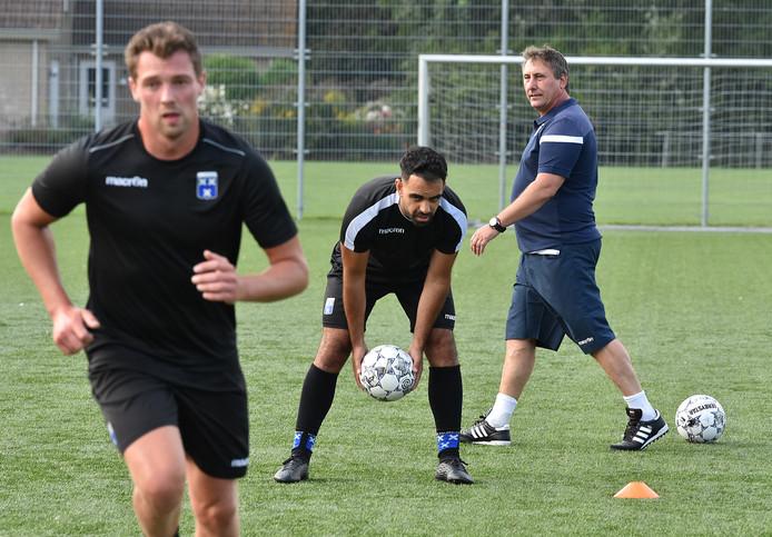 Trainer Pippy Pruymboom (rechts) leidt de training van zijn nieuwe club Wieldrecht.