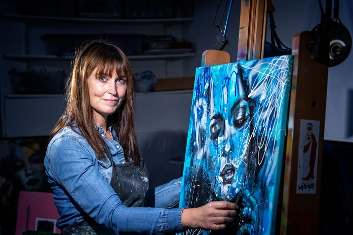 Schilder Femke Kock portretteert Tom Egbers in het tv programma Sterren op het doek. Hier Femke in haar atelier.
