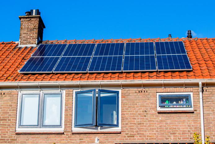 Zonnepanelen op dak van een woning voor het opwekken van schone elektriciteit.